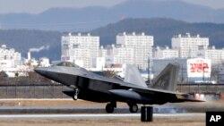 四架F-22隐形战机中的一架降落在韩国京畿道的乌山空军基地。(2016年1月17日)