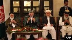 Tổng thống Afghanistan Hamid Karzai và các thành viên của Hội đồng hòa bình Afghanistan trong một cuộc họp báo tại Kabul, ngày 14/10/2010