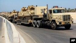 Tanques egipcios son transportados en El Arish, en el norte de la Península de Sinaí.
