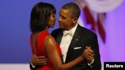 Tổng thống Mỹ Barack Obama khiêu vũ cùng Ðệ nhất phu nhân Michelle Obama tại dạ tiệc ở Washington DC, ngày 21/3/2013.