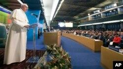 El papa habla ante la sesión de la FAO en Roma.