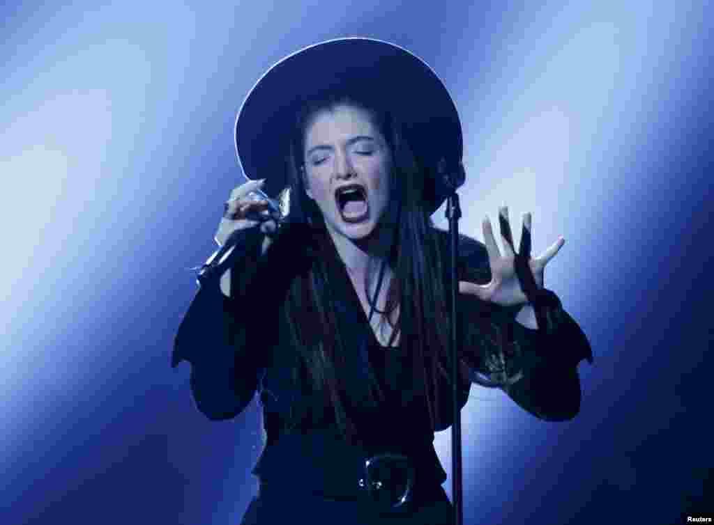La cantante Lorde interpreta uno de sus temas durante la entrega de premios en Las Vegas.