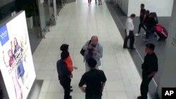 Hình ảnh được cắt ra từ một đoạn băng của đài truyền hình Fuji cho thấy ông Kim Jong Nam tại sân bay Kuala Lumpur, Malaysia.