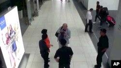일본 '후지TV'가 공개한 지난 13일 말레이시아 쿠알라룸푸르 공항 CCTV 영상. 북한 지도자 김정은의 이복형 김정남(가운데)이 두 여성으로부터 독극물에 의한 것으로 추정되는 공격을 받은 직후 공항 보안 관계자와 얘기하는 모습이 보인다. 김정남은 이후 공항 진료소까지 직접 걸어서 이동했지만 진료소에서 몸 상태가 급격히 악화됐고, 병원으로 이송되던 중 사망한 것으로 알려졌다.