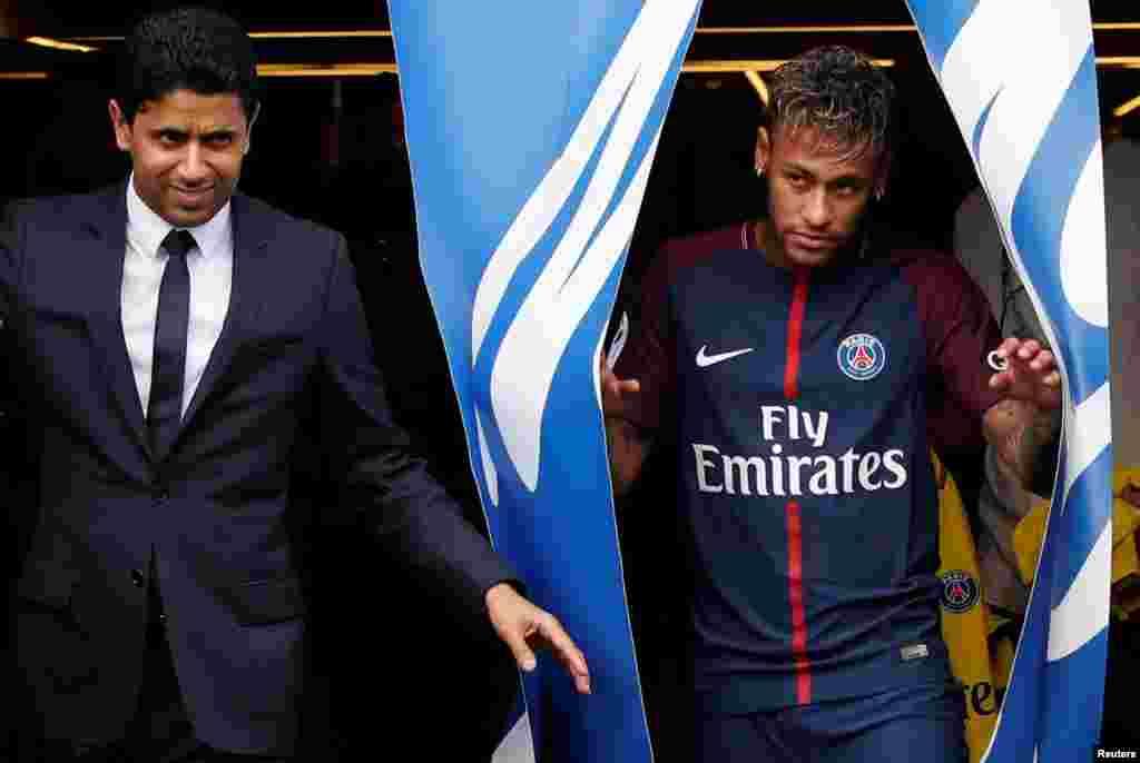 Neymar entre sur la pelouse du Parc des Princes, le 4août 2017.