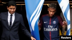 Soccer Football - Paris Saint-Germain F.C. - Neymar Jr Press Conference - Paris, France - August 4, 2017 New Paris Saint-Germain signing Neymar Jr and Chairman and CEO Nasser Al-Khelaifi REUTERS/Christian Hartmann - RTS1ADQN