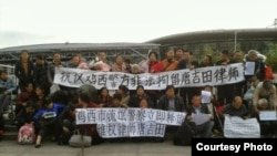 各地訪民打出標語聲援唐吉田(維權網圖片)