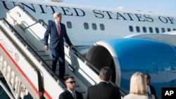 ລັດຖະມົນຕີຕ່າງປະເທດສະຫະລັດ ທ່ານ John Kerry ເດີນທາງ ໄປຮອດເດີ່ນບິນ Queen Alia ໃນນະຄອນຫລວງອຳມານ ປະເທດຈໍແດນ, ວັນທີ 10 ກັນຍາ 2014.