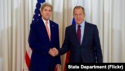 "Keri i Lavrov pred početak današnjih razgovora u hotelu ""Predsednik Vilson"" u Ženevi"