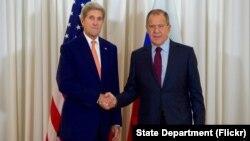 El secretario de Estado de EE.UU., John Kerry y el ministro de Relaciones Exteriores ruso, Sergey Lavrov, se reunieron en Ginebra, el viernes, 26 de agosto de 2016.