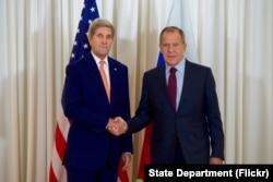 ທ່ານ John Kerry ຈັບມືກັບ ລມຕ ຕ່າງປະເທດຣັດເຊຍ ທ່ານ Sergey Lavrov ກ່ອນພົບປະກັນ ຢູ່ເຈນີວາ.