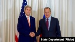 美国国务卿克里与俄罗斯外长拉夫罗夫在日内瓦举行双边会谈前握手。(2016年8月26日)