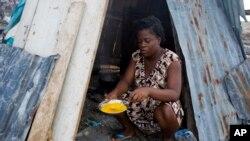 Nathanaelle Bernard, gen 19 an li ansent 7 mwa; li chita atè nan antre tant li lap fri ze pou l pataje ap plizyè manm fanmi li kap viv anba tant la ak li nan Koto, Ayiti. Foto: 1e novanm 2016.