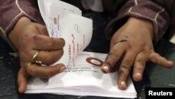مصر: ایک سرکاری اہلکار ریفرنڈم میں ڈالے گئے ووٹ گن رہا ہے