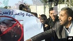法國外交部長阿利奧.馬里的專車遭一群憤怒的巴勒斯坦示威者包圍