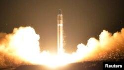 북한이 지난 11월 29일 실시한 신형 대륙간탄도미사일 '화성-15형' 발사 모습을 관영 조선중앙통신을 통해 공개했다.