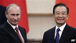원자바오 중국 총리와 만난 푸틴 러시아 총리(좌)