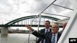 Kandidat Srpske napredne stranke za gradonačelnika Beograda Aleksandar Vučić i bivši gradonačelnik Njujorka Rudolf Djulijani brodom su se provozali rekom Savom.