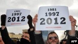 Predstavnici 25 nevladinih organizacija protestovali su u Prištini, ispred Vlade Kosova, zbog nasilja policije Kosova prema učesnicima protesta pokreta Samoopredeljnje na prelazima prema Srbiji