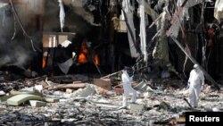 Chuyên gia pháp y khám nghiệm hiện trường sau cuộc không kích nhắm vào một đám tang ở Sana'a, thủ đô của Yemen, 9/10/2016.