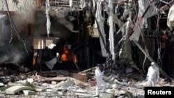 Ahli forensik memeriksa lokasi yang hancur terkena serangan udara pimpinan Arab Saudi di Sanaa, ibukota Yaman, 9 Oktober 2016 (Foto: dok).