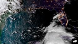 """Цей супутниковий знімок, наданий Національною адміністрацією океану та атмосфери, показує як тропічний шторм """"Майкл"""" рухається до Флориди, 7 жовтня 2018 року"""