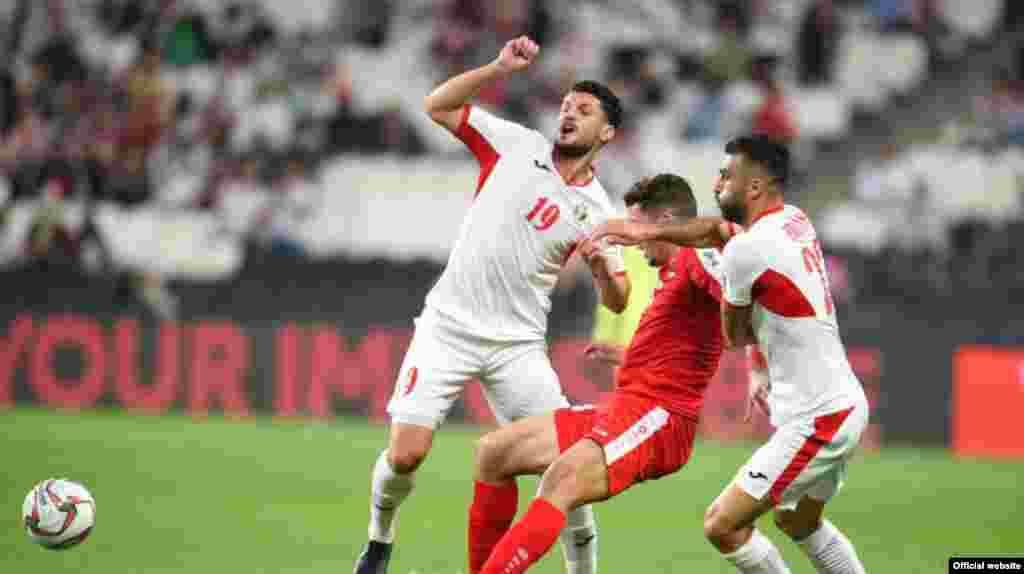 در ادامه مسابقات جام ملت های آسیا، روز سه شنبه تیم فلسطین و اردن بدون گل مساوی شدند تا اردن به همراه استرالیا از گروه دوم صعود کنند.