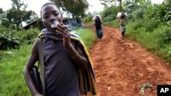 Un enfant soldat à Nyangombe, RDC, 8 décembre 2004