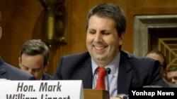지난 6월 마크 리퍼트 주한 미국대사 지명자가 미국 상원 외교위원회 청문회에 출석, 의원들의 말을 들으며 미소짓고 있다. (자료사진)