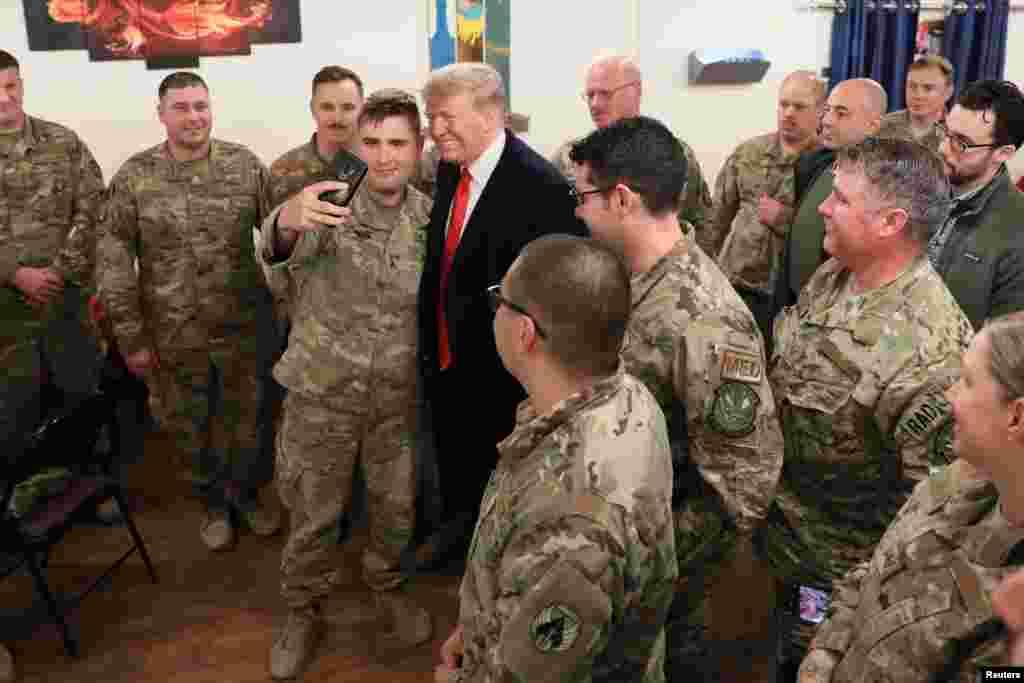 سربازانی که در جنگ عراق حضور دارند با رئیس جمهوری آمریکا عکس یادگاری گرفتند.