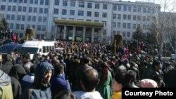 Người biểu tình tràn ngập đường phồ, tụ tập trước trụ sở văn phòng chính phủ và tại các trạm xe lửa.