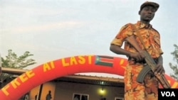 Seorang tentara Sudan selatan melakukan penjagaan di ibukota Juba pada akhir referendum kemerdekaan (16/1).