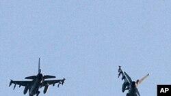 两架飞行的荷兰F-16战机