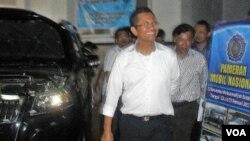Menteri BUMN, Dahlan Iskan, menghadiri pameran mobil nasional di aula Universitas Muhammadiyah Surakarta (25/2).