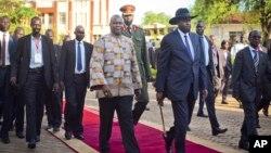 남수단의 반군 지도자 리크 마차르(가운데 왼쪽)가 26일 부통령 취임식을 가진 후 살바 키르 대통령(가운데 오른쪽)과 함께 걸어나오고 있다.