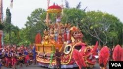 Parade seni mengawali pembukaan Pesta Kesenian Bali, hari Minggu 10/6 (foto: Muliarta).
