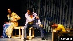 """""""El Tsunami"""" es interpretada por los actores Viena González, Claudio Rivera y Micky Thomas. [Foto: Cortesía, Teatro de La Luna]."""