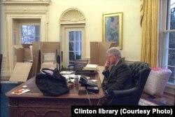 Bill Clinton akiwa Ikulu ya Marekani siku ya mwisho ya utawala wake.
