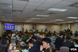 立院外交国防委员会3月6日会议现场 (美国之音 申华拍摄)