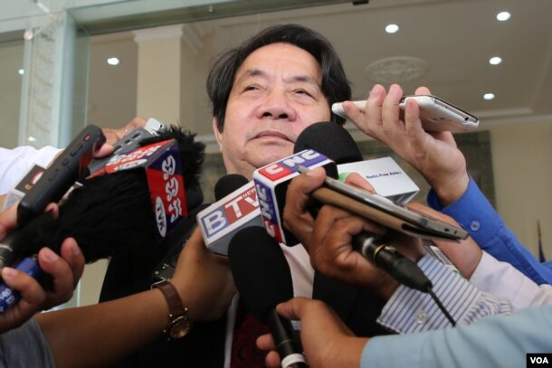 FILE - Cambodia's National Assembly spokesman Leng Peng Long​ talks to reporters after an Assembly session on April 12, 2016. (Neou Vannarin/VOA Khmer)
