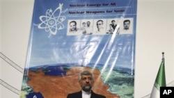 Perunding nuklir Iran, Saeed Jaili, berbicara kepada media usai pertemuan enam negara di Istanbul, Turki bulan lalu (14/4).