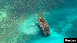 Tàu đánh cá Trung Quốc bị mắc cạn trên bãi san hô Tubbataha, ngày 10/4/2013.
