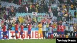 26일 호주 시드니의 스타디움 오스트레일리아에서 열린 2015 AFC 아시안컵 준결승 한국 대 이라크 경기 승리를 거두고 27년만에 결승에 진출한 선수들이 관중 환호에 답하고 있다.