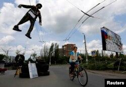 在乌克兰城市斯拉维扬斯克,亲俄分子在他们建立的路卡上吊着乌克兰士兵的人像。(2014年5月13日)