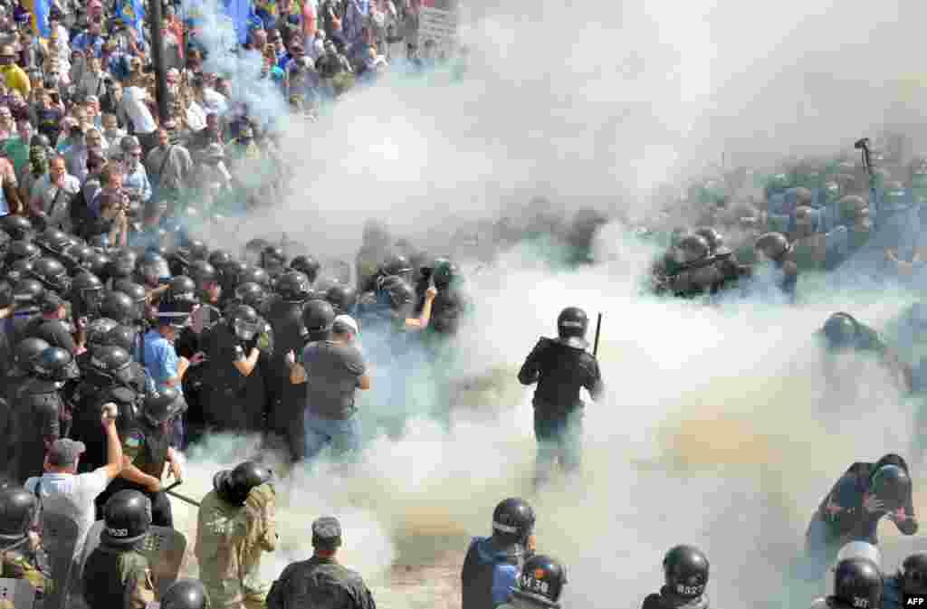 مشرقی یوکرین میں روس کے حامی باغیوں کی مزید خودمختاری کے مطالبے کے خلاف احتجاجی مظاہرے ہوئے۔