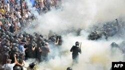 31일 우크라이나 키예프의 의회 건물 앞에서 동부 자치권을 강화하는 내용의 개헌안에 반대하는 시위대가 경찰과 충돌했다.