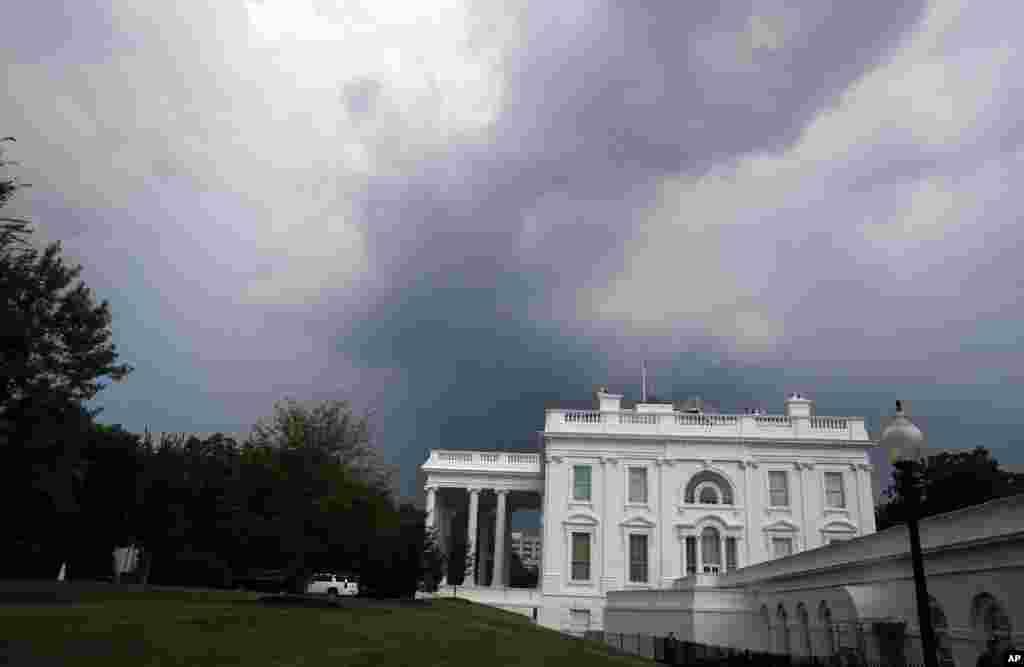 نمایی از کاخ سفید در زیر آسمان ابری