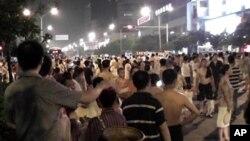 成都市民上街抗议停电,阻断了交通