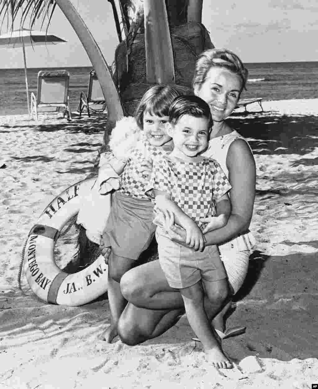តារាសម្តែងស្រី Debbie Reynolds បានសម្រាកលំហែកាយរយៈពេល២សប្តាហ៏នៅសណ្ឋាគារ Half Moon នៅឆ្នេរ Montego ប្រទេសហ្សាម៉ាអ៊ីកកាលពីថ្ងៃទី២៦ មករា ឆ្នាំ ១៩៦១ ជាមួយនឹងកូនប្រុសស្រីរបស់អ្នកស្រីឈ្មោះ Carrie និង Todd។