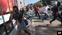 Những người biểu tình ở Harare giải tán sau khi cảnh sát Zimbabwe sử dụng hơi cay, vòi rồng, và súng, để ngăn chặn hàng trăm thanh niên tụ tập phản đối chính quyền Tổng thống Robert Mugabe, ngày 24 tháng 8 năm 2016.